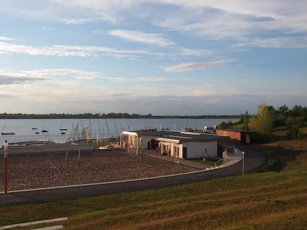 Meine neue Heimat auf Zeit: Blick über den Schladitzer See mit dem Camp David Sports Resort im Vordergrund.