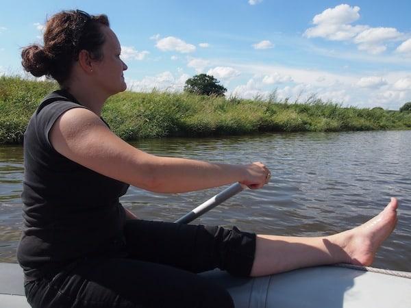 Daniela macht vor, wie Entspannung & Paddeln auf dem Schlauchboot gleichzeitig funktioniert.