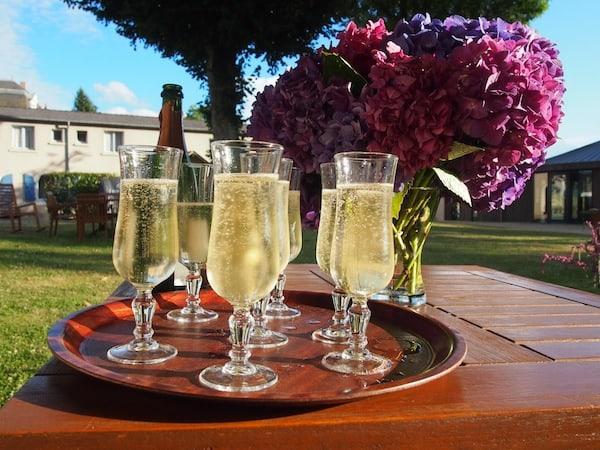 Ankommen in Frankreich: Der Champagner perlt, die Blumen duften, die Sonne strahlt - Nach wie vor regiert in diesem Land das Lebensgefühl pur.