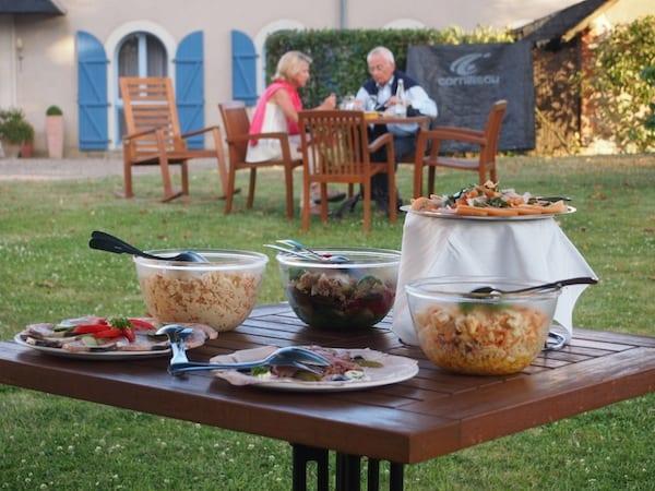 Anne-Laure & Olivier haben den Abendtisch in ihrem schönen Garten für uns gedeckt ...