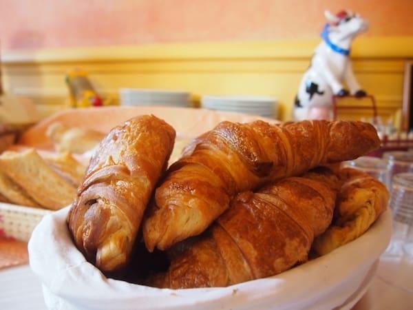 ... und auch am Morgen werden wir mit dem Duft frischer Croissants begrüßt: Einfach. Herrlich. Die Kuh im Hintergrund weist übrigens auf die Tatsache hin, dass in der Region rund um die Mayenne sehr viel Milch & Käse erzeugt wird.