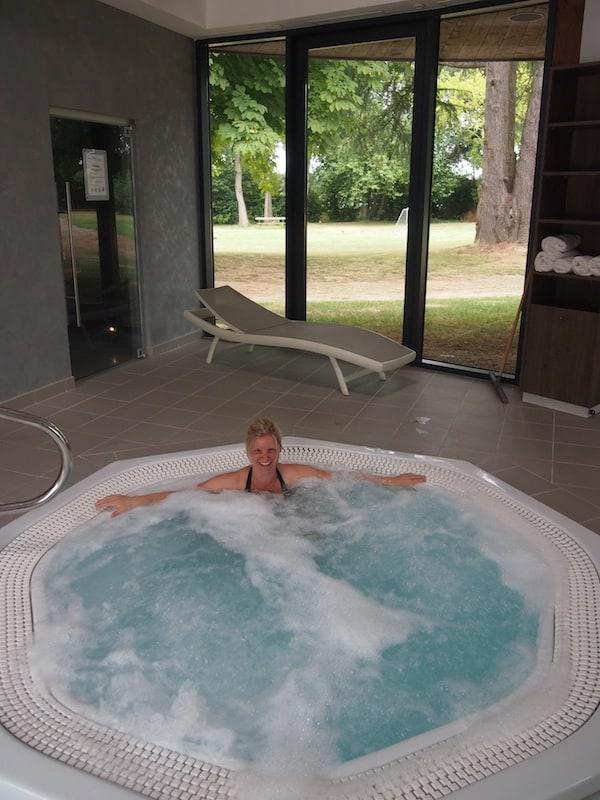 Zur Entspannung lädt der moderne Spa des kleinen Château Parc Hotels ein: Monique ganz relaxed vor dem großen Abenteuer!