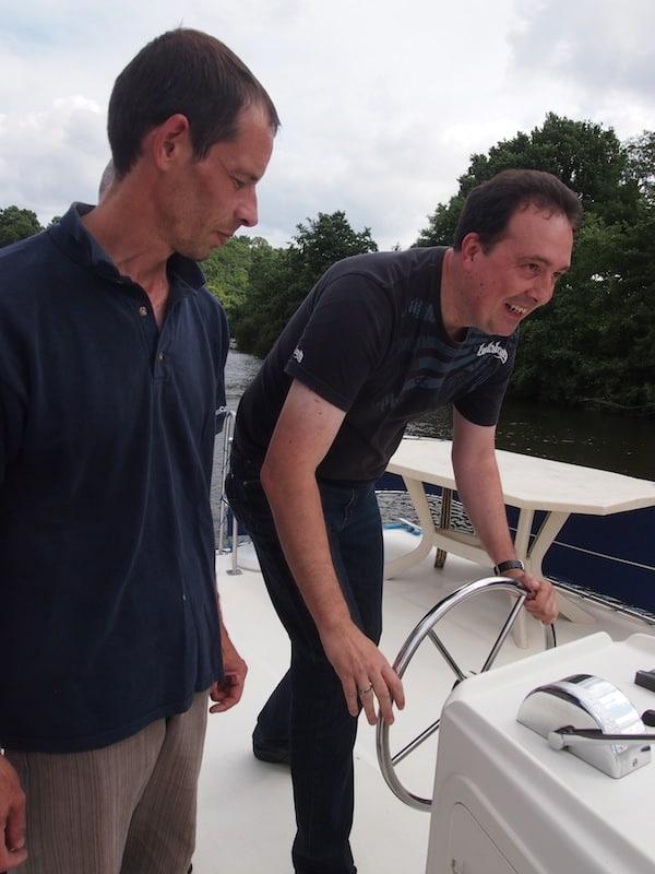 ... doch Jörg ist voller Feuer & Flamme und folgt den Anweisungen von Olivier von der Hausbootfirma Canalous mit Bravour ...