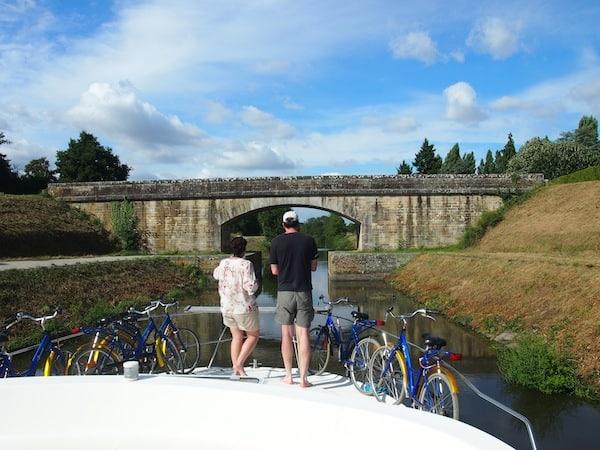 Nicht nur Schleusen, auch verschiedenste Brücken(Pfeiler) gilt es während der Hausbootreise sicher zu meistern.