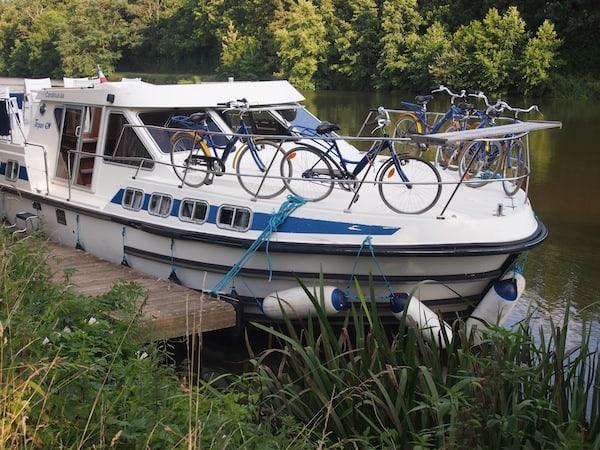 Wenig später ist alles im Lot, das Boot sicher vertäut - mein Tipp an dieser Stelle lautet: Unbedingt ECHTE MÄNNER auf eine Hausbootreise mitnehmen!