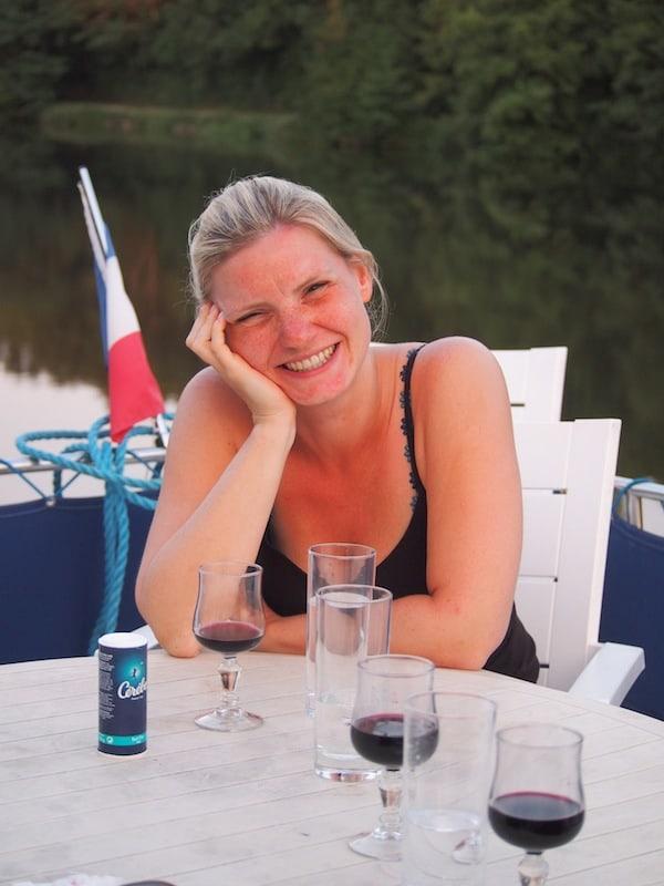 Die Abendstimmung an Bord unseres Hausbootes inmitten der sagenhaften Ruhe des Flusses Mayenne ist einfach wunderschön ... Monique beim Seufzen & Schwärmen!