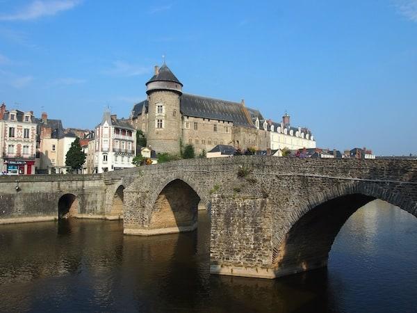 Die Altstadt empfängt uns ab dieser Brücke über die Mayenne ...