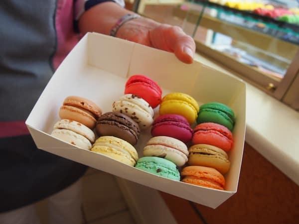 """Hat sie doch köstlich aussehende, bunt gemischte """"macarons"""" für uns.!"""