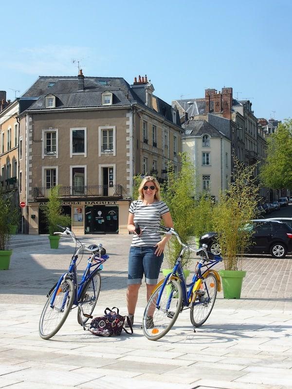 Unterwegs auf unseren Rädern, erkunden Monique und ich die Altstadt von Laval.