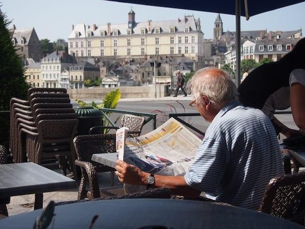 Dazu gehört, sich Zeit zu nehmen für Genuss: Beim Aufblicken von meinem Café au lait habe ich diese Stimmung unter den Einheimischen von Laval eingefangen.