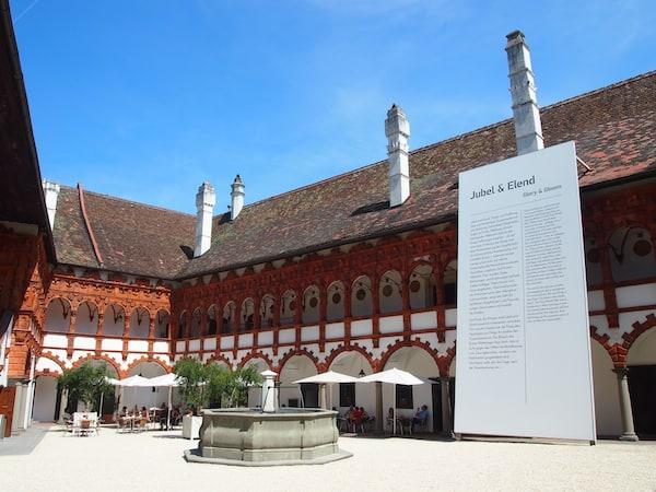 Ankommen im Renaissanceschloss Schallaburg: Der mittelalterliche Hof ist fein herausgeputzt!