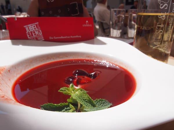 ... im Anschluss locken zeitgemäße Freuden wie die geeiste Erdbeer-Balsamico-Suppe, ein wahrer Genuss an heißen Sommertagen!