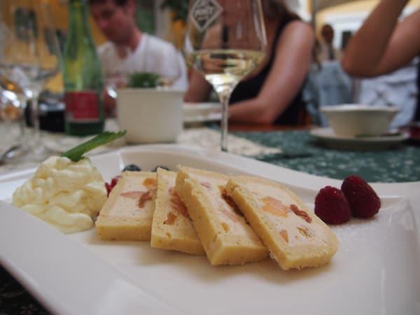 Kulinarisch empfiehlt sich ein Besuch der Familie Ebner im Hotel Post in Melk, welche traditionelle Speisen zu sommerlich frischen Weinen servieren.