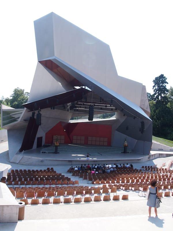 """Der Kulturstandort """"Wolkenturm"""" im Schlosspark Grafenegg begeistert architektonisch wie musikalisch: Hier finden Konzerte von internationalem Weltruhm statt."""
