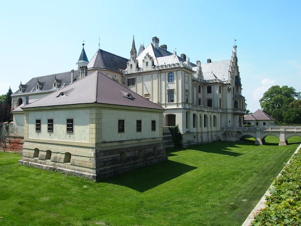 Das schmucke Schloss Grafenegg steht inmitten des gleichnamigen Schlossparks.