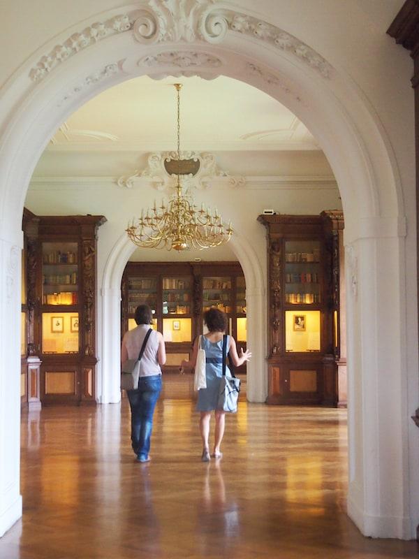 Die Bibliothek des Schlosses führt uns zurück in die Geschichte ...