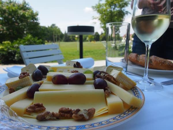 Gleich im Anschluss erwartet uns mitten im Schlosspark dieses exklusive Sommerpicknick der Gourmet-Caterer Mörwald ...
