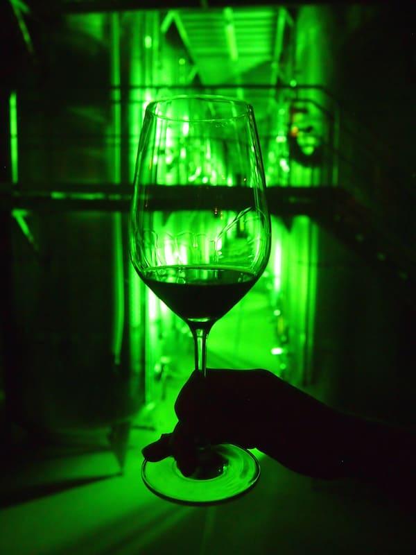 """Die modernen Kellereien mit zahlreichen audio-visuellen Erlebnisstationen sowie gar einem """"Wein-Kino"""" begeistern uns."""