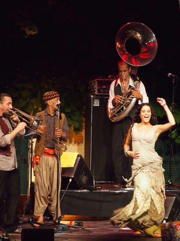 Weiter geht es mit den fröhlichen Klängen der algerisch-französischen Musikgruppe Fanfare!