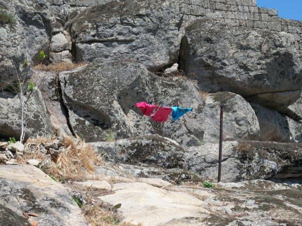 Bunte Farbflecken in einer Stadt aus Granit. Sie zeugen von Bewohnern im Dorf – auch wenn es nicht mehr viele sind.