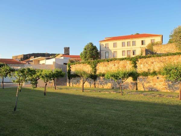 Teile der Hotelanlage mit der Burg von Linhares da Beira im Hintergrund in der Abendsonne
