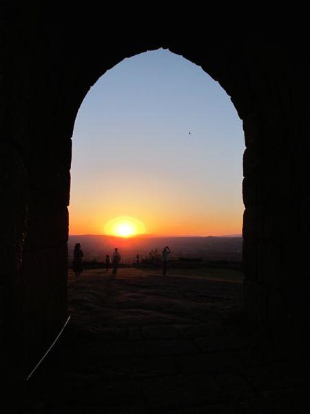 So sieht ein portugiesischer Sonnenuntergang durch ein Burgtor aus. Traumhaft schön, oder?