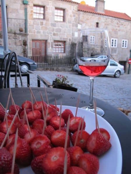 Frisch gepflückte Bio-Erdbeeren im ausgefallenen Restaurant Cova da Loba