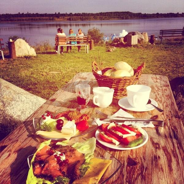 ... während frühmorgens das selbst gemachte Verwöhn-Frühstück am See alle Stücke spielt!