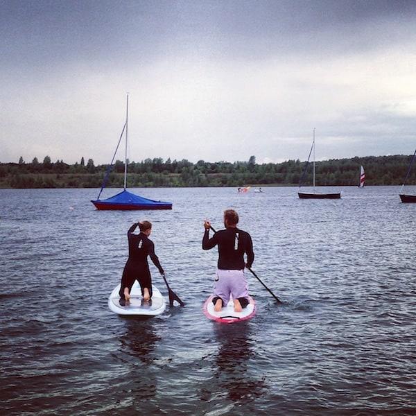 """Die nutze ich dann auch gleich mal, um aktiv """"in See zu stechen"""": Los geht's mit meinem Stand Up Paddling Kurs am Schladitzer See."""
