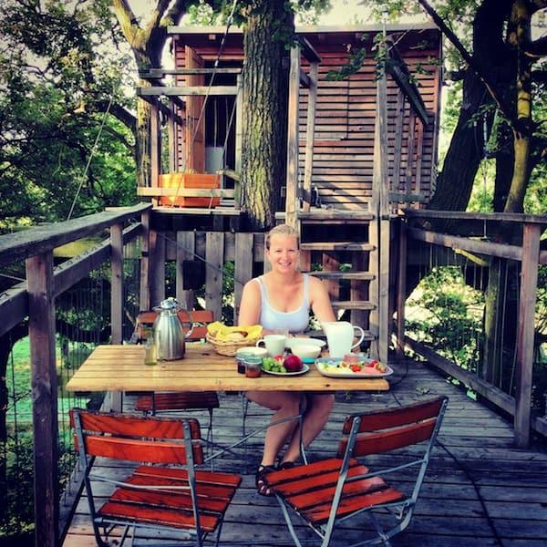 Reisefoto des Tages: Ich & mein Frühstück in luftiger Höhe auf der Terrasse vor meinem Baumhaus. Diesen Moment werde ich glaube ich nie vergessen, so gut hat es hier oben, mitten in den Baumkronen, geschmeckt!
