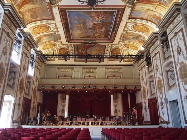 Passend dazu: Der Anblick eines der 10 schönsten Konzertsäle der Welt - akustisch wie visuell!