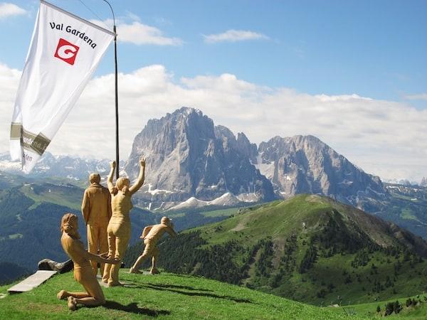 """... sowie kunstvolle Ausblicke wie diesem, im wahrsten Sinne des Wortes: Blick auf die Dolomiten mit den """"Fans"""" der Holzbildhauer des Val Gardena: Vielen Dank, liebes Team von Val Gardena, für die Bereitstellung dieses Fotos nachdem es das Wetter bei unserem Besuch nicht immer so gnädig meinte!"""