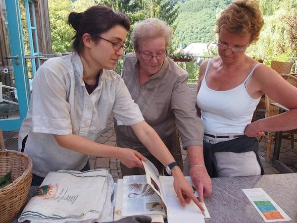 ... indem uns Agnes (hier links im Bild) alles verrät, was es über diese wundersame Pflanze zu wissen gibt.