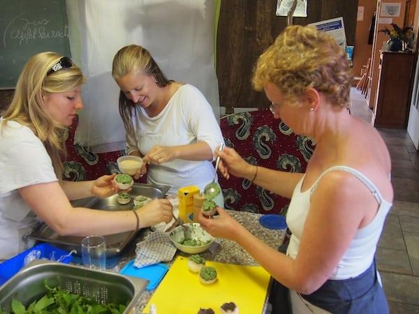 ... und bereiten absolut köstliche Speisen aus der Brennnessel-Pflanze, wie hier kleine würzige Krapfen zu.