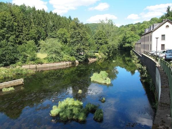 """Direkt hier am Flusslauf des Naturpark Öwersauer, findet unser schönes """"Atelier fleural"""" statt."""