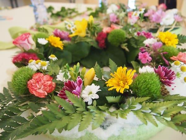 Die Arbeit mit den schönen Blumen aus der Region macht mir Spaß, dieses wunderschöne Gesteck gelingt mir ganz einfach so - anders kann ich es mir nicht erklären.