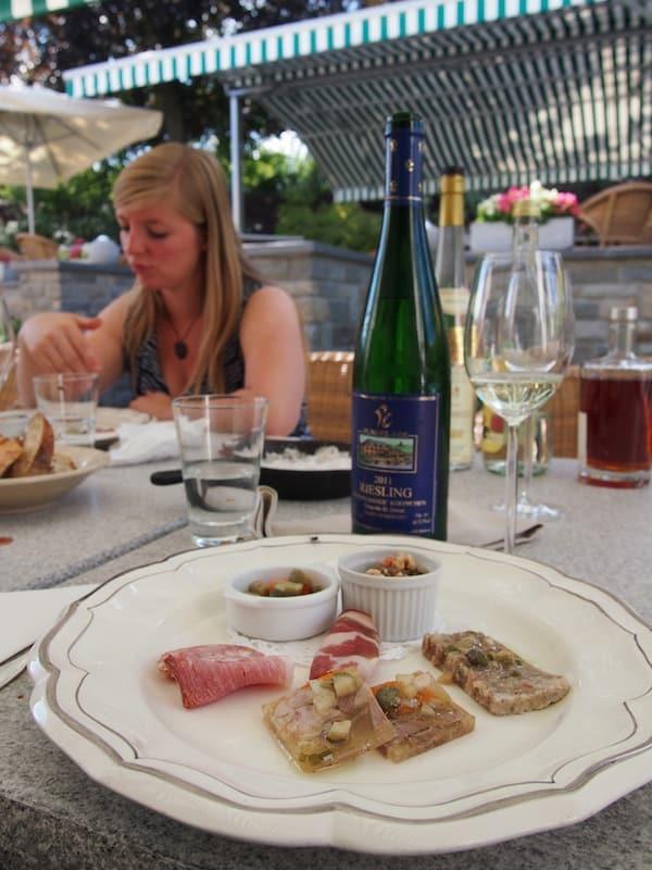 ... die Weine, wie dieser Riesling, passen hervorragend zu den leichten Sommergerichten während der kulinarischen Weinverkostung!