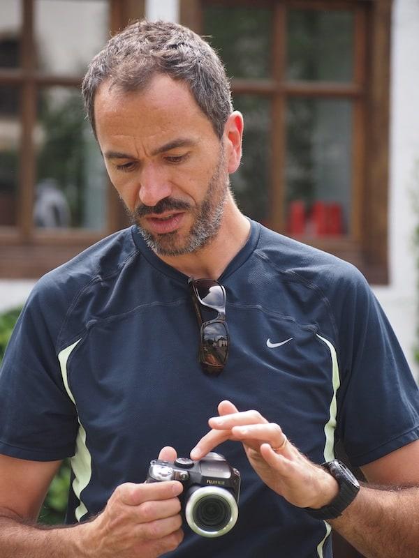 Alfonso nimmt sich geduldig Laurie's Kamera an und ergründet mit ihr sämtliche technischen Raffinessen des Apparates ...