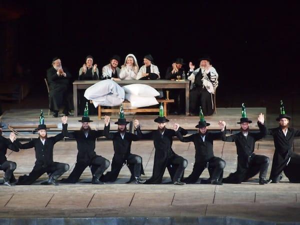 Die schauspielerischen Leistungen der Dutzendfachen Besatzung bewegen & begeistern uns während des gesamten Stückes immer wieder aufs Neue!