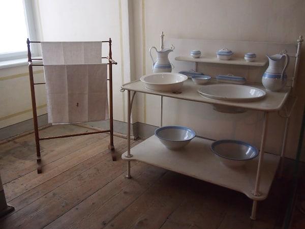 """... gelangen wir beim Besucherrundgang durch das Schloss Esterházy auch """"hinter die Kulissen"""" der Fürstenfamilie und sehen hier, die Kammerzofen & Dienstboten des Fürstenhofes gelebt haben - ein einfaches """"Waschzimmer"""" hier."""