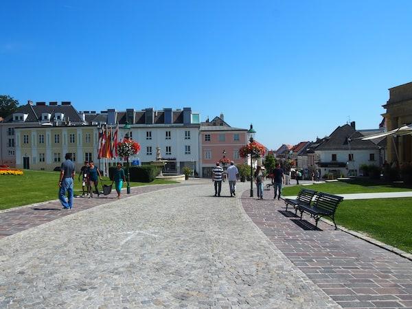 ... befindet sich gleich zu Beginn der schönen Fußgängerzone in der Altstadt Eisenstadts.