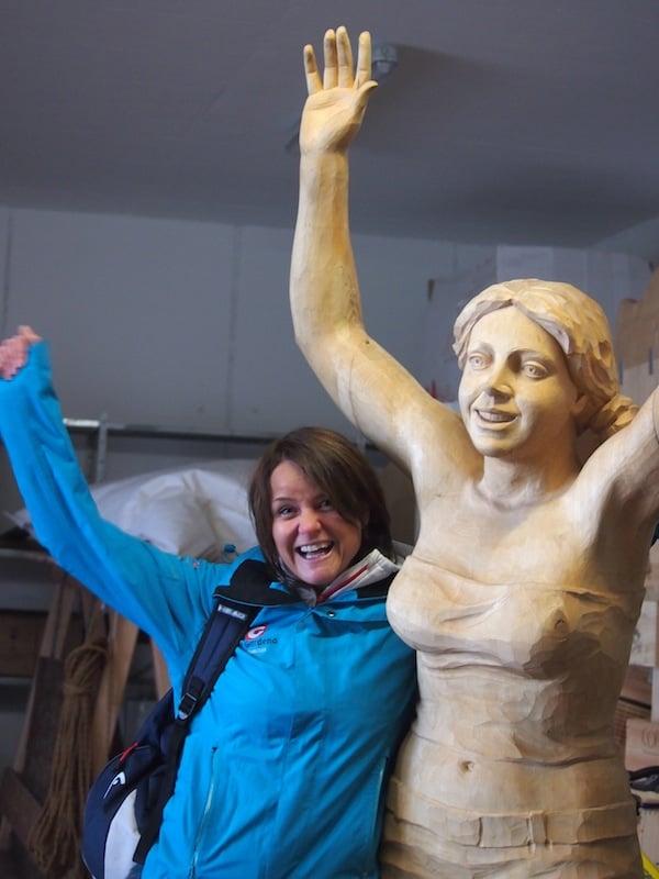 Neben Karin tut Gastgeberin Christina Demetz ihr Bestes, uns bei Laune zu halten: Beispielsweise beim Ausflug zu den berühmten Holzbildhauern des Val Gardena/Grödnertales, welche anlässlich der jüngst stattgefundenen Fussball-WM zahlreiche Fan-Statuen in Holz nachbilden.