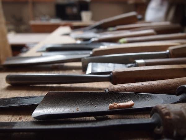 Blick auf das Werkzeug: Was ist notwendig, damit aus einfachem Holz wahre Kunst wird?