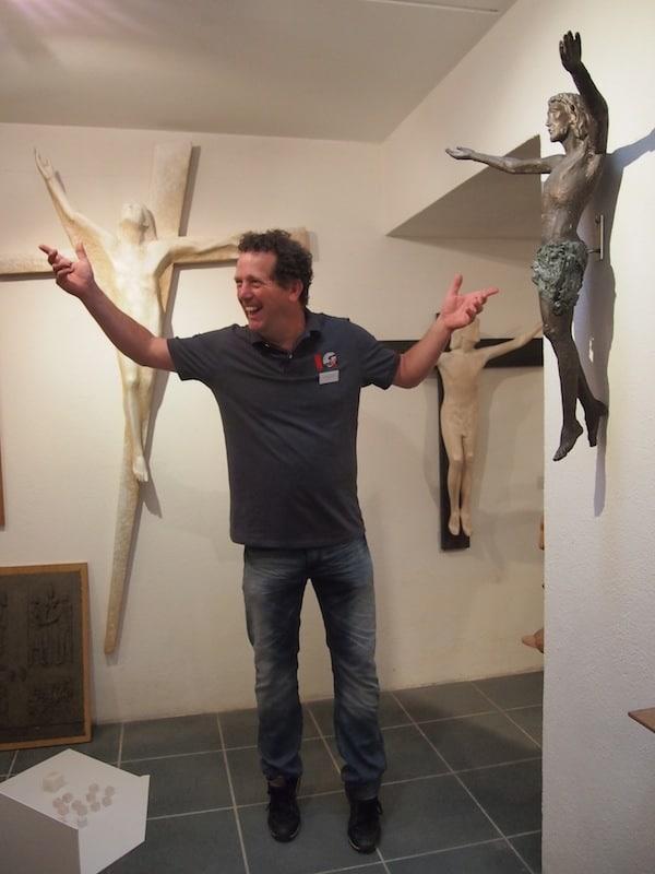 """Filip ist ein Mensch vieler Talente und Leidenschaften, auch der sakralen Kunst kann er viel abgewinnen: Hier etwa bei der Darstellung des """"hoffnungsvollen"""" Jesu am Kreuz als Symbol für die Auferstehung."""