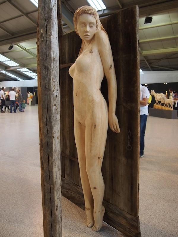 Und wahre Kunst ist dies allemal: Neben sakralen Motiven beschäftigt sich Filip Moroder-Doss gerne mit Figuren und Themen aus der Sagenwelt der Ladiner, wie beispielsweise der Wassernixe Agana hier.