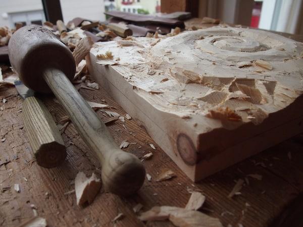 Echte Arbeit schafft aus dem vorliegenden Holz etwas wirklich Besonderes: Mein Motiv einer Spirale wird nach und nach sichtbar.