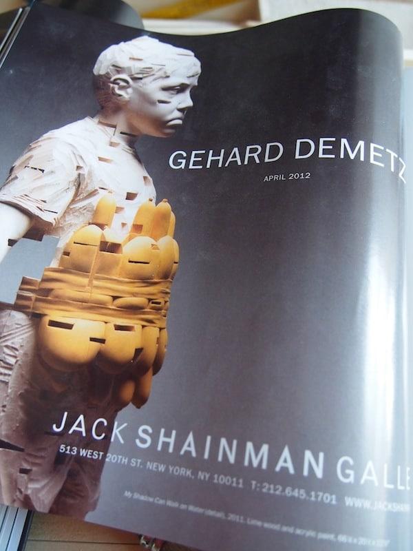 """Mit seinen Skulpturen geht er einen eigenständigen, schöpferischen Weg fernab aller Klischees der sogenannten """"Herrgottsschnitzer"""" aus dem Grödnertal: Hier beispielsweise wird eine Kinderskulptur mit einem Hotdog-Gürtel für Furore."""