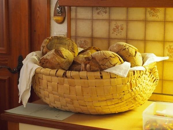 Wie gut, dass es Kathi gibt: Duftende Laibe Brot empfangen uns bereits beim Einmarsch in die gemütliche Stube auf ihrem Hof ...