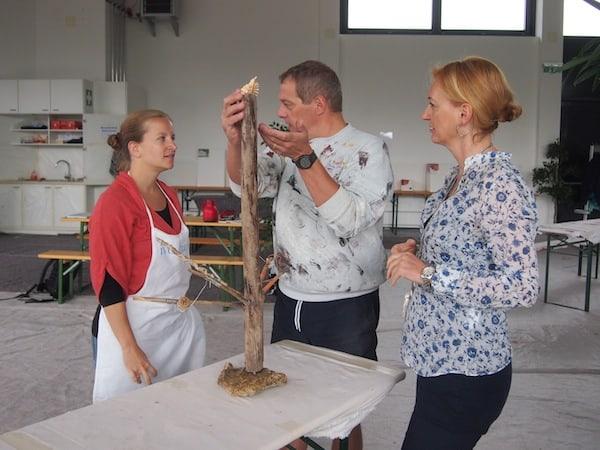Die Werks-Besprechung interessiert auch Klaudia Zortea (links im Bild), deren Engagement als Geschäftsführerin des lokalen Tourismusverbandes Entstehen & Werdegang der Natura.Kreativ geschuldet ist: Danke, liebe Klaudia & Team!