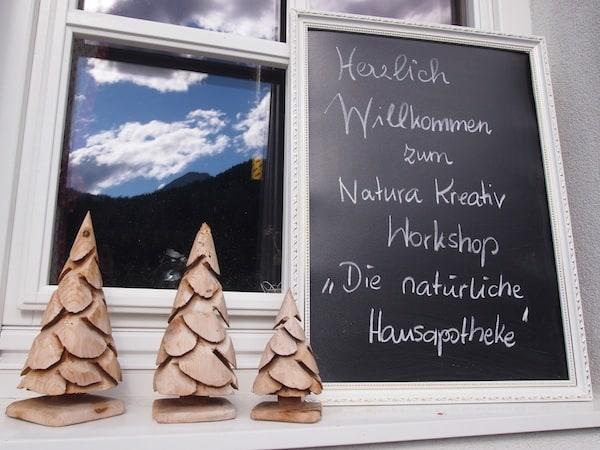 """Los geht's beim Kräuterkurs """"Natürliche Hausapotheke"""" auf dem Maierlgut von Kathi Schmidt & Christine Mooslechner."""